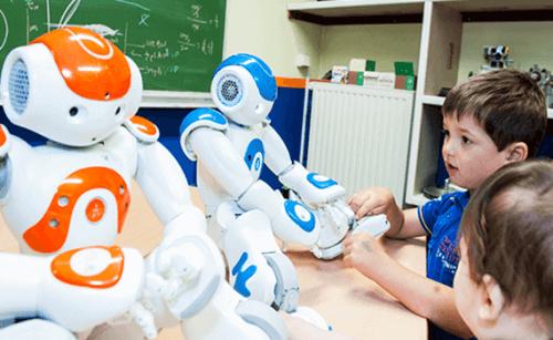 robotlarla oynayan çocuklar