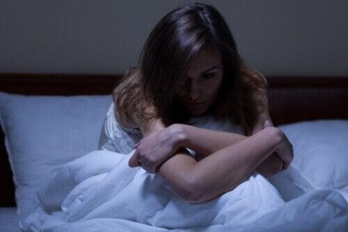 gece uyuyamadığı için oturan kadın