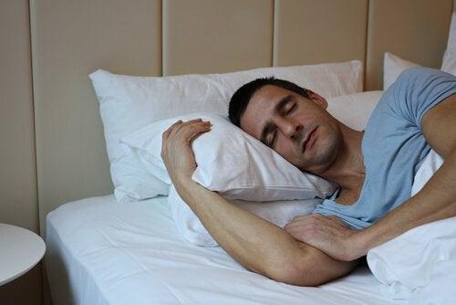 yatakta uyuyan adam
