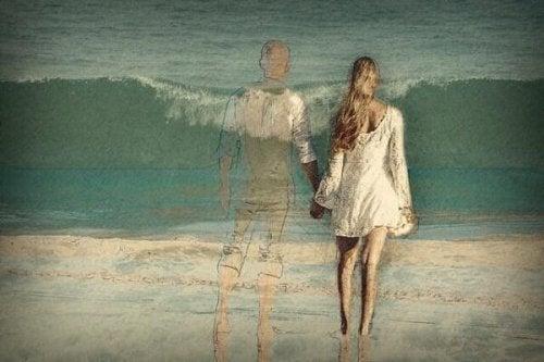 deniz kenarında el ele tutuşan çift