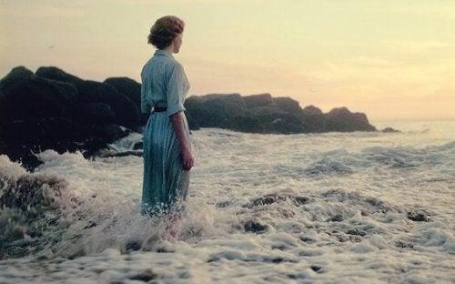 denizde duran kadın