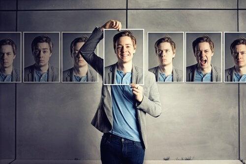 farklı duyguları ifade eden yüzleri elinde tutan adam