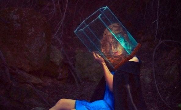 kafasında prizma olan bir kadın