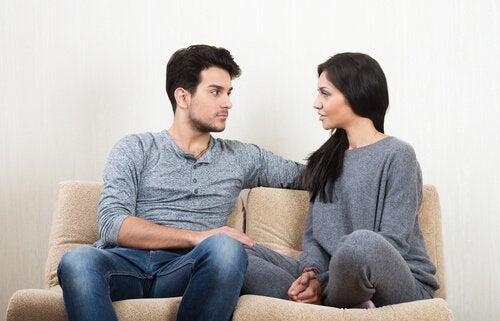 kadın ve erkek konuşuyorlar