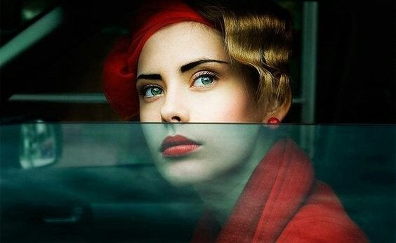 fortunata sendromu kırmızı rujlu kadın arabanın camından dışarı bakıyor
