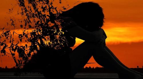 gün batımında üzgün kadın