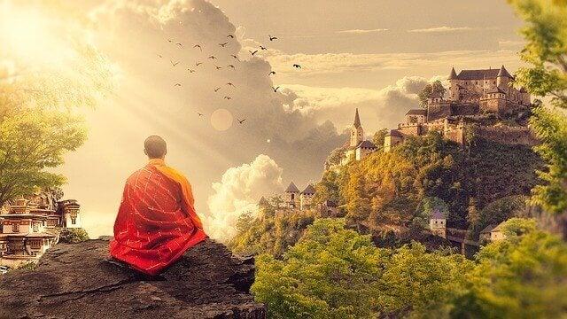 budist keşiş doğada meditasyon yapıyor