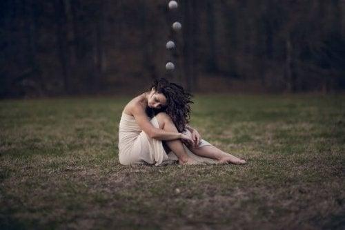 kafasında konuşma balonları olan ormandaki kadın
