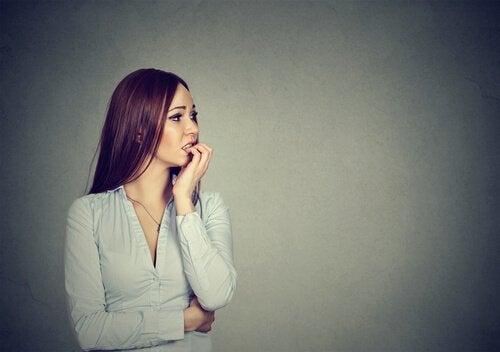 kadın gerginlikten tırnak yiyor