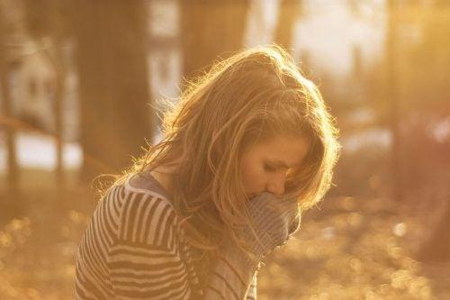 kadın güneşte üşümüş
