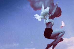 kadın hava kuş gibi duruyor