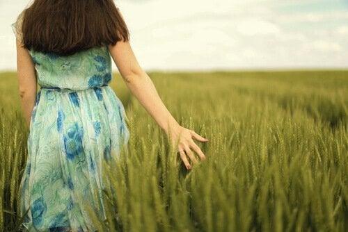 kadın tarlada yürüyor