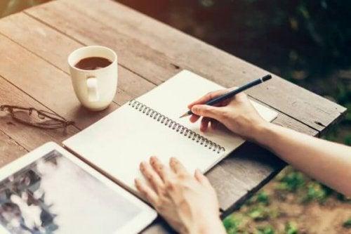 kahve eşliğinde not tutmak