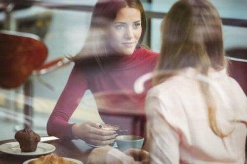 kahve eşiliğinde sohbet eden kadınlar