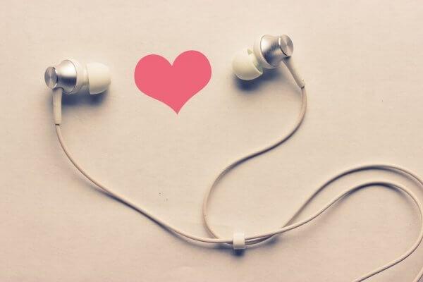 beyaz kulaklık ve kalp