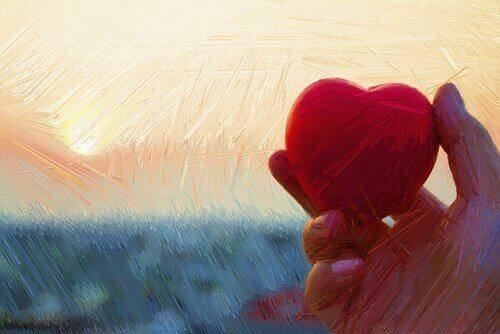 güneşe karşı elinde kalp tutmak