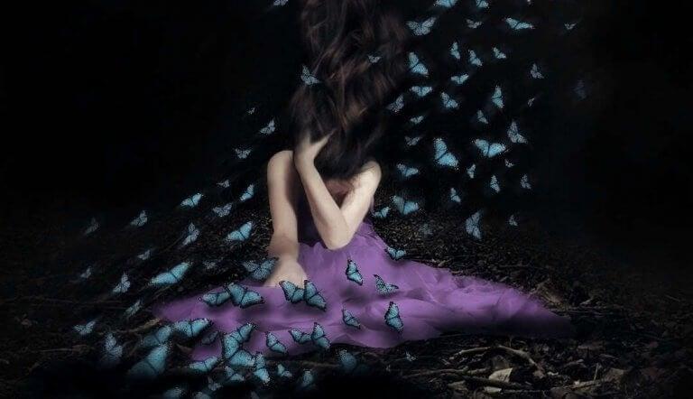 karanlıktaki kelebekler kadının etrafında uçuşuyor