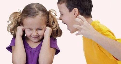 kardeşine bağıran çocuk