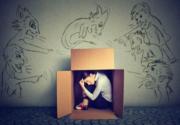 kadın kutuya saklanmış