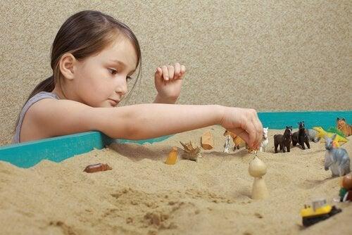 kız kumda oynuyor