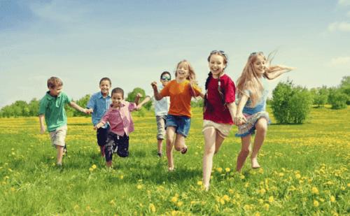 çayırda koşan çocuklar