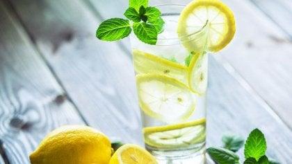Neden Sabahları Limon Suyu Katılmış Bir Bardak Ilık Su İçmelisiniz?