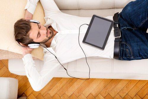 müzik dinleyen adam