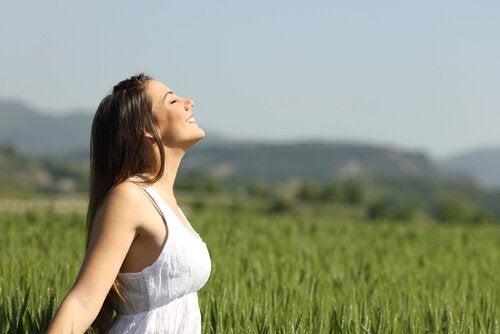 doğada nefes egzersizi yapan mutlu kadın