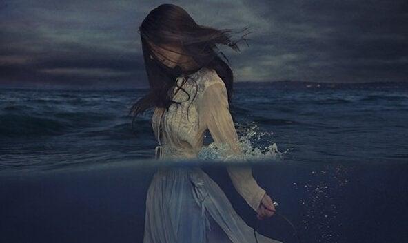 kadın karanlıkta denizde