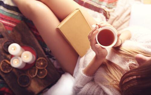 Papatya çayı içen kadın