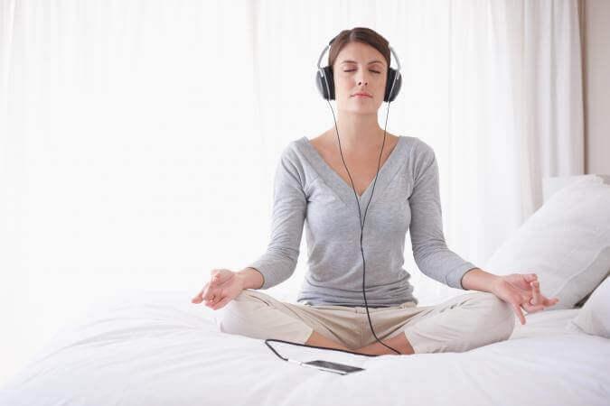 müzik dinleyen kadın meditasyon yapıyor
