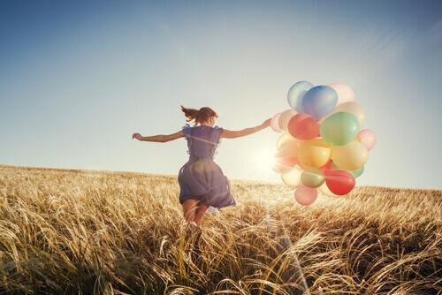 rengarenk balonları olan kadın