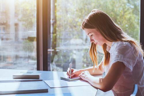 sınavlara çalışan kız öğrenci