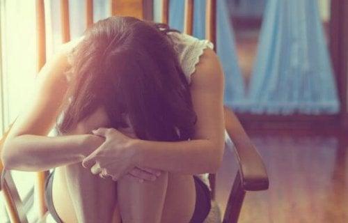 sandalyede oturan üzgün kadın