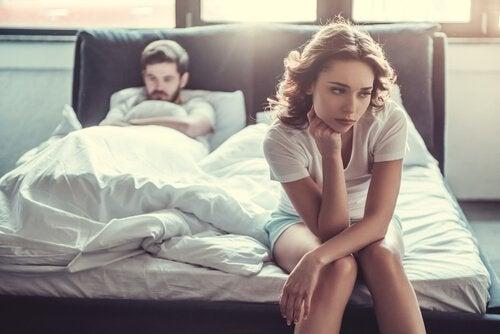 kavga etmiş bir çift yatakta oturuyorlar