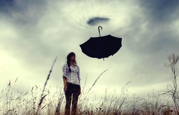 ters şemsiye ve kadın