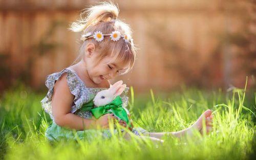 tavşanla oynayan küçük kız