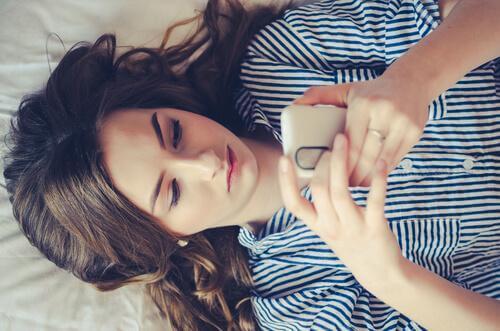 telefonla oynayan kız