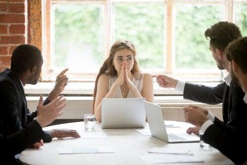 toplantıda zor durumda olan kadın