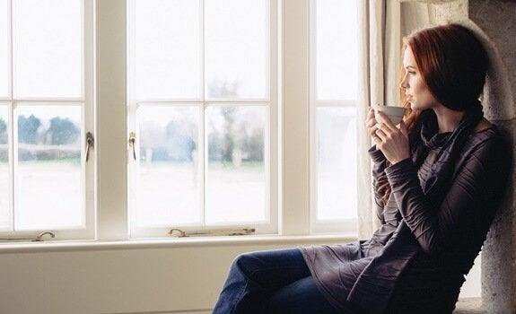 camın önünde kahve içen kadın