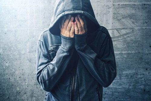 bilişsel bozulma uyuşturucu kullanan kişi