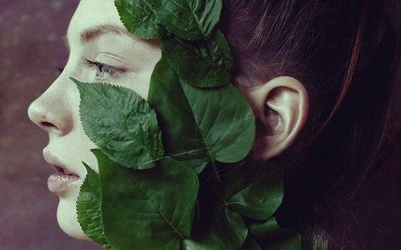 yaprak yüzlü kadın