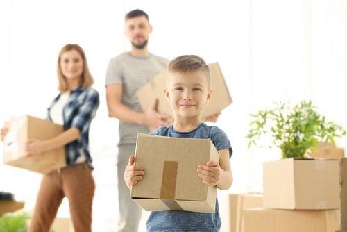ailesine yardım eden çocuk