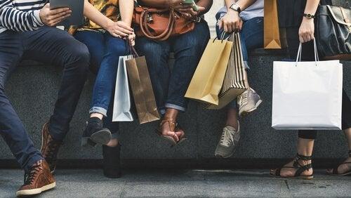 birsürü alışveriş yapmış insan ve alışveriş poşetleri