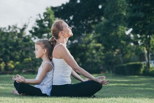 meditasyon yapan anne ve çocuk