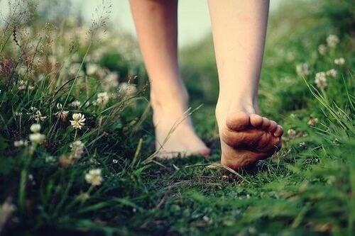 ayaklar çimler