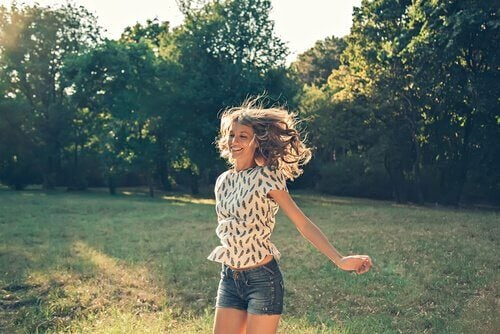 zıplamaktan keyif alan kadın