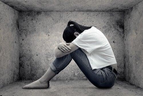 başı dizlerinde üzgün kadın öz saygımızı geliştirmek