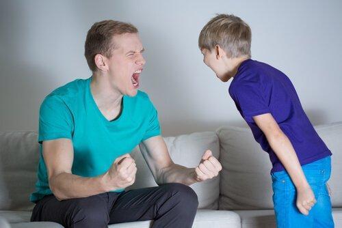 birbirlerine bağıran baba ve çocuk