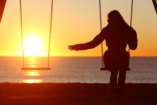 boş salıncak yalnız kadın gün batımı